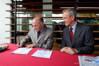 """Burmistrz Gminy Trzebnica Marek Długozima i Marian Nickel prezes przedsiębiorstwa Techniczno-Budowlanego """"Nickel"""" – głównego wykonawcy inwestycji podpisują akt erekcyjny."""